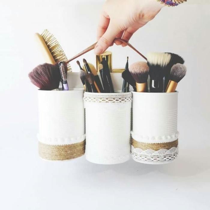 recyclage boite a conserve, customisée de peinture, ficelle, dentelle pour créer un rangement maquillage diy