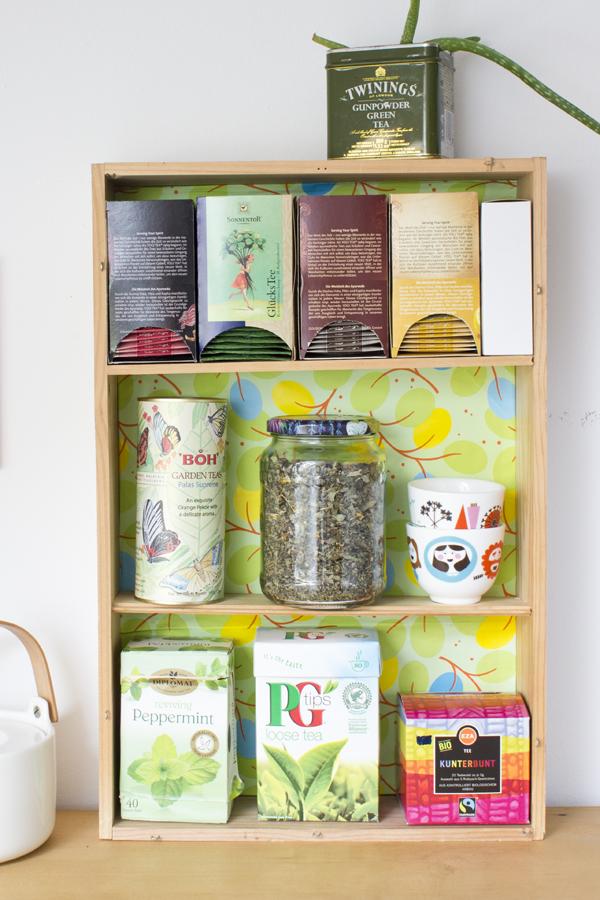 astuce rangement cuisine résultats final, une etagere cagette a faire soi meme, organisateur collection de thé, rayonnage en planches de bois