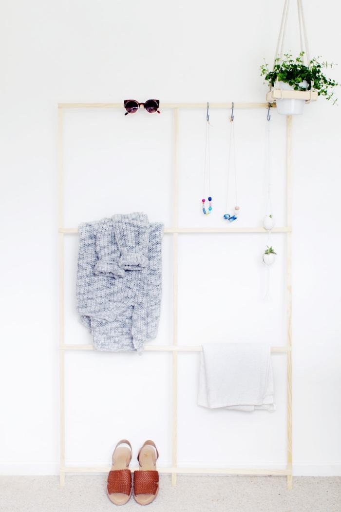 idée de doy rangement pour une chambre scandinave, une grille de lattes en bois, échelle à plusieurs niveaux, organiser ses vêtements, accessoires
