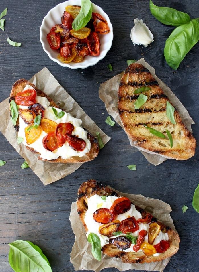 idée de bruschetta au fromage burrata, garnie de tomates rôtis au four avec de l huile d olive et ail, recettes tapas