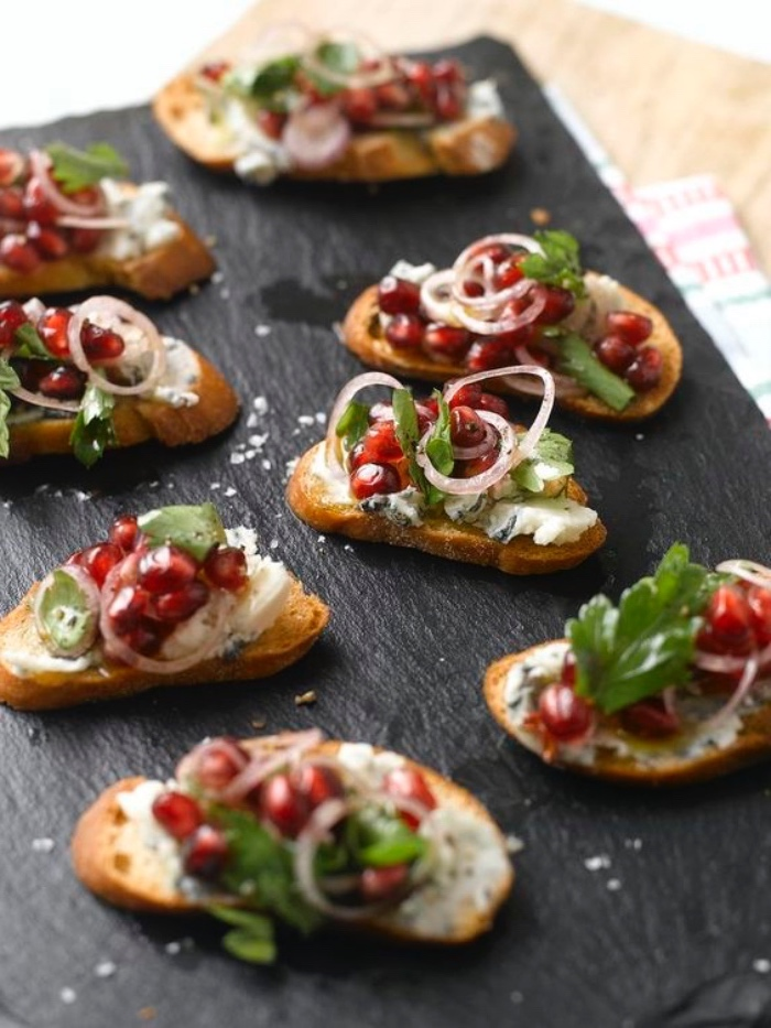 crostini au fromage roquefort, grenade et persil, idée de tapas recettes faciles à partager avec des amis