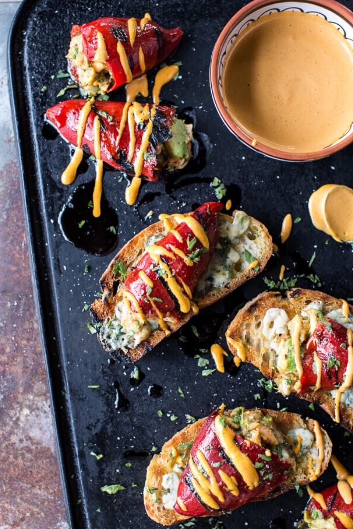 tapas facile recette de piments farcis, piquillo, mélange de crevettes, avocat et fromage sur une tartine