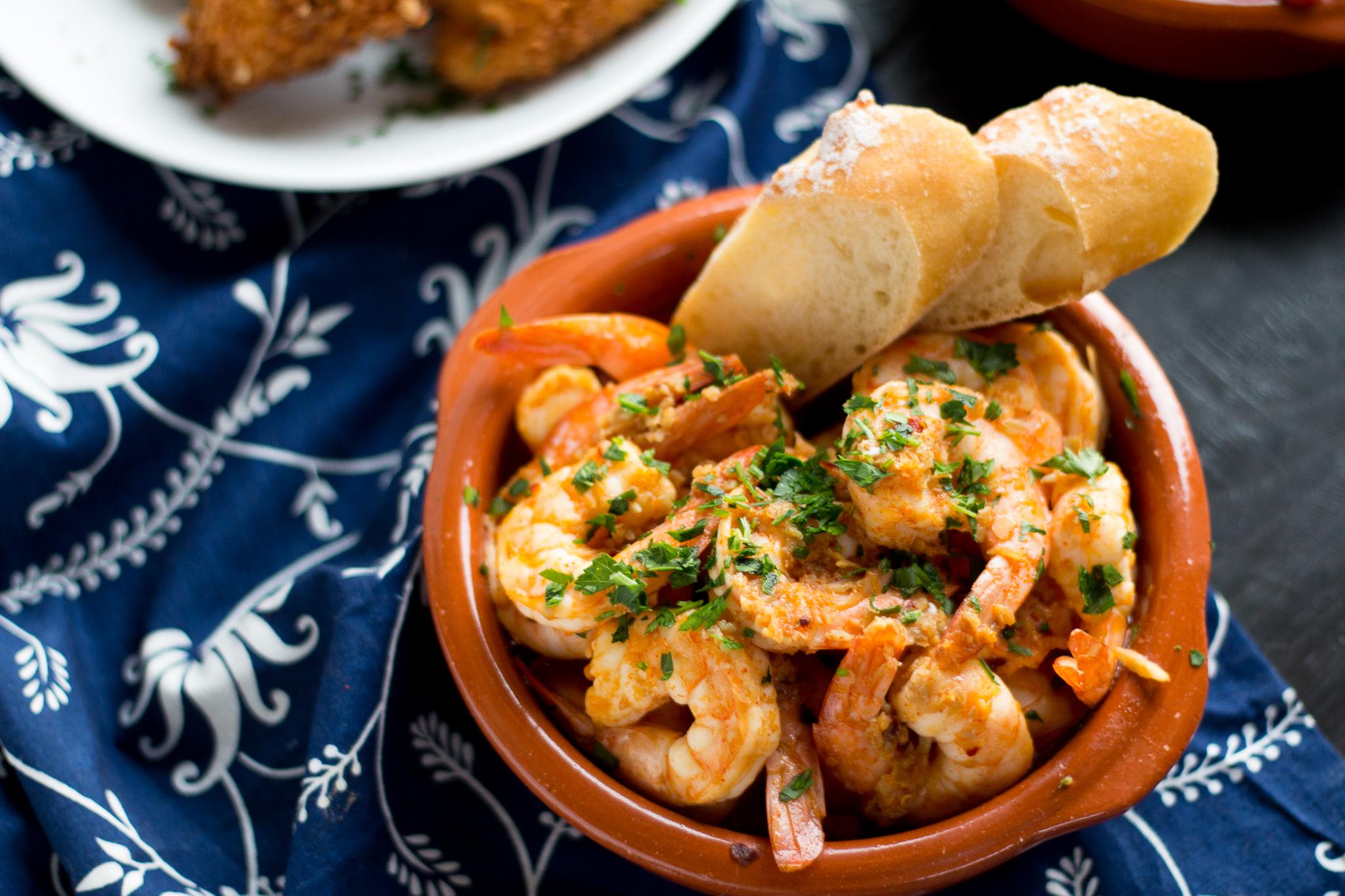 tapas recette facile, des crevettes à l ail et au beurre, assaisonnés de persil, idée fruits de mer, recette entre amis