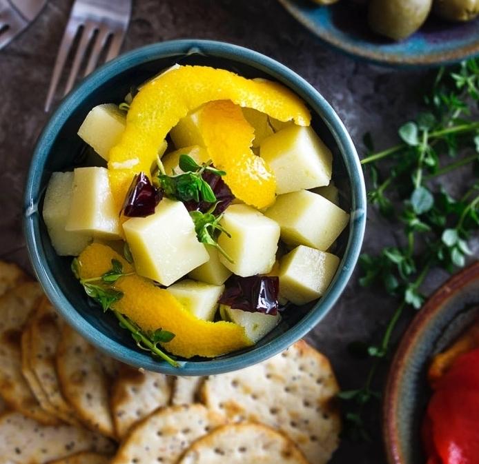 recettes tapas facile, des cubes de fromage manchego, avec un mélange d huile d olive, thym, romarin, piment rouge et zeste d orange