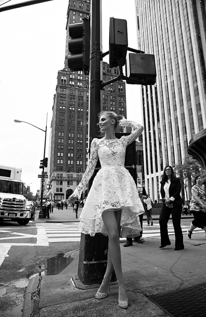 Belle robe de mariée moderne et originale femme magnifique