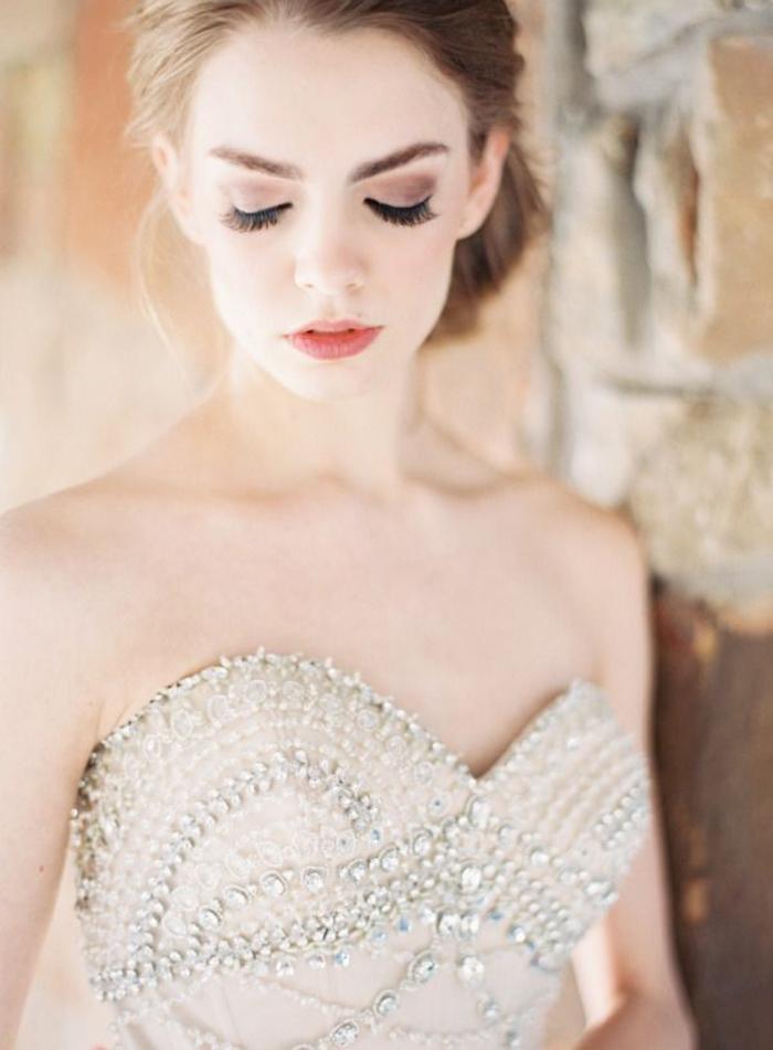 un maquillage mariage nacré aux nuances de taupe et de marron, look naturel et romantique
