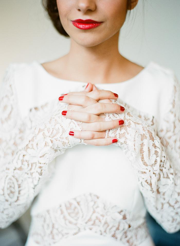 maquillage mariage qui joue sur le contraste de la bouche rouge vermicelle brillante et la dentelle blanche