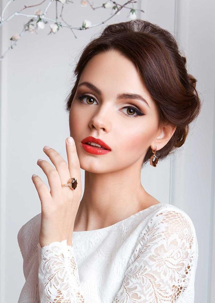 une coiffure de mariée élégante rehaussée par un maquillage mariage effet oeil de chat et une bouche rouge vermicelle