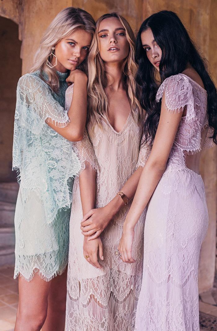 trois modèles de robes de cérémonie mariage vintage en dentelle aux couleurs pastel