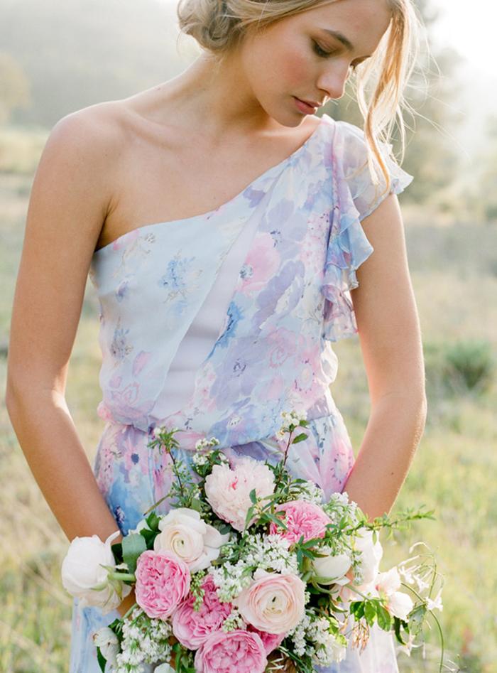 une robe de demoiselle d'honneur romantique à imprimé floral et épaule asymétrique