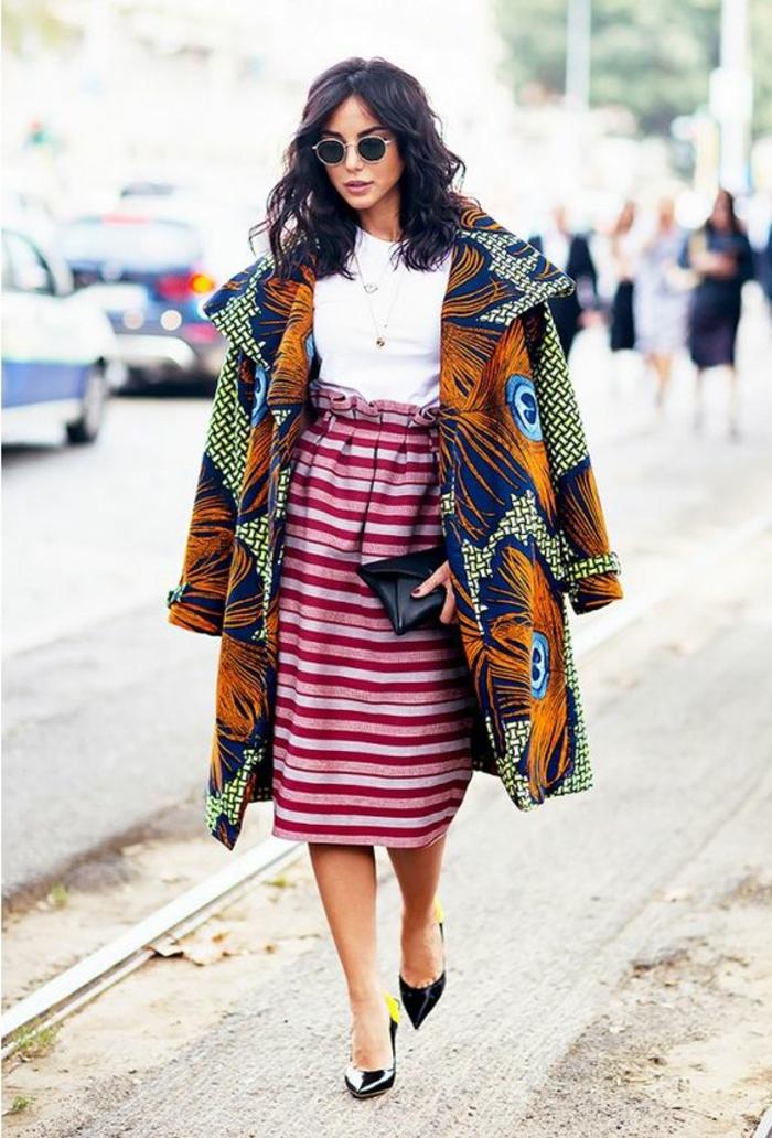 chic ethnique, jupe avec rayures horizontales, taille haute, manteau wax, sac enveloppe, escarpins noirs