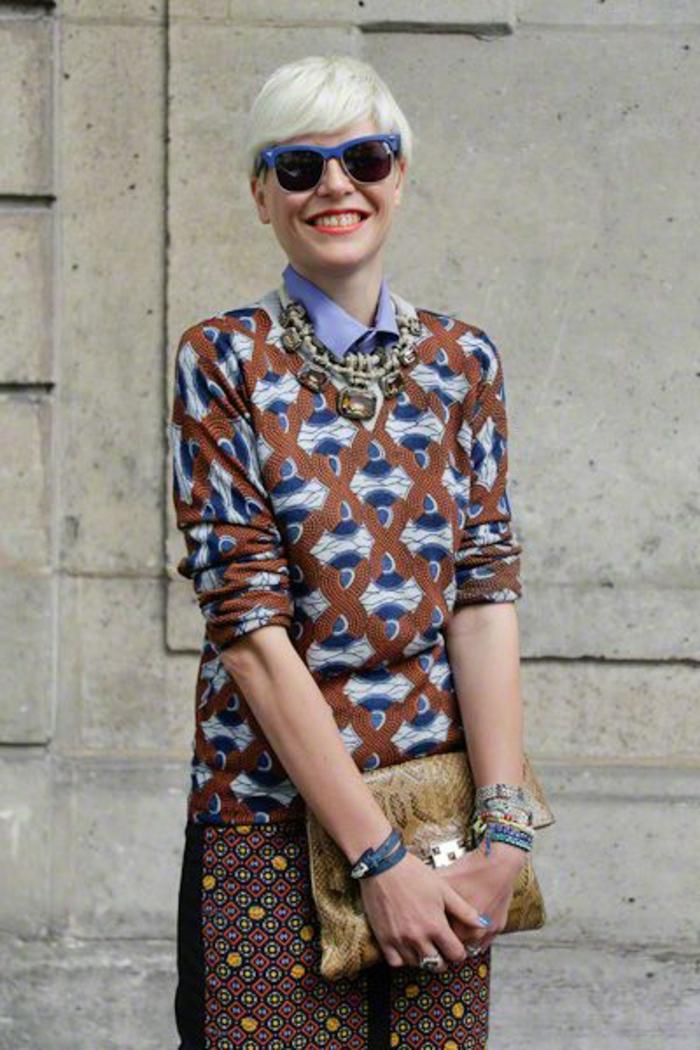 robe ethnique, motifs africains, lunettes de soleil bleues, coupe courte blonde