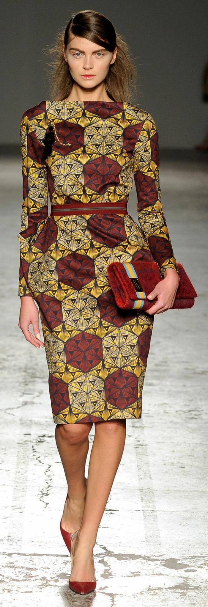 robe ethnique, robe crayon couleur vert-marron, prints africais, sac à main rouge