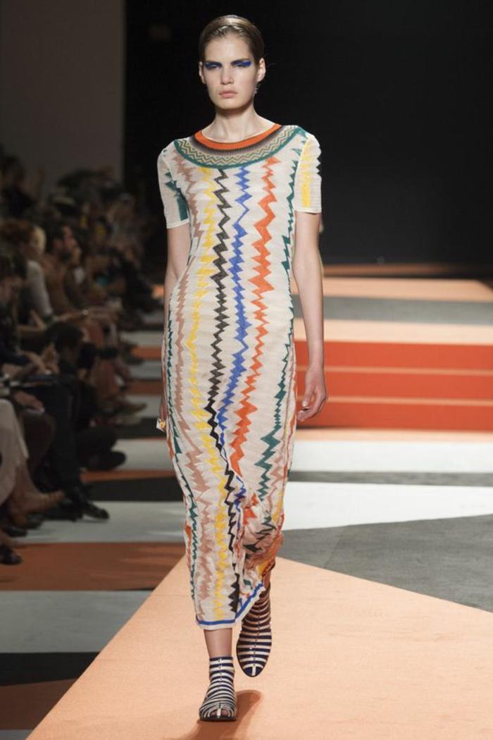 robe imprimé ethnique, chaussures à rayures, robe longue droite, imprimés zigzags