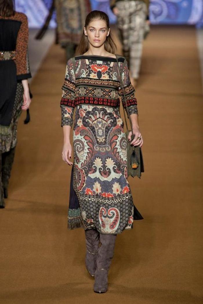 robe imprimé ethnique, motifs floraux sur une robe longue, bottes grises longues