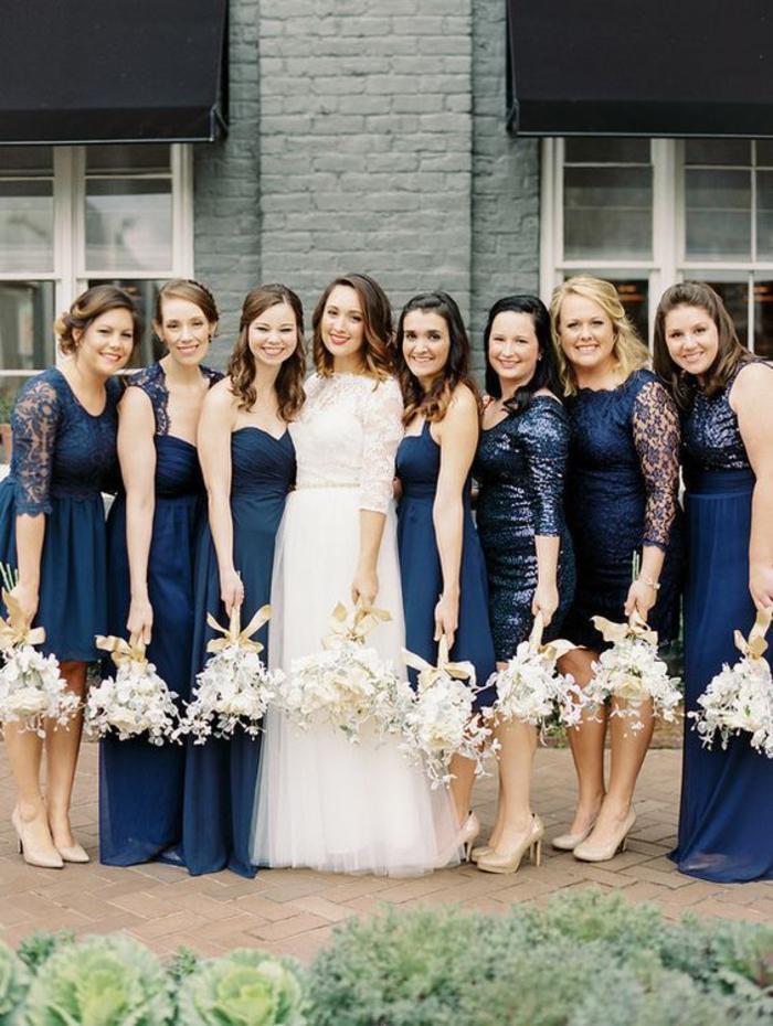 des robes dépareillées en bleu marine pour un cortège nuptial élégant et sophistiqué