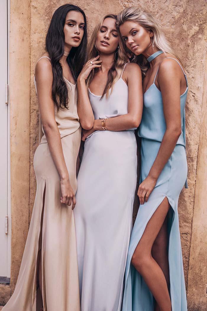 des robes de filles d'honneur en satin aux nuances douces de violet, bleu et champagne