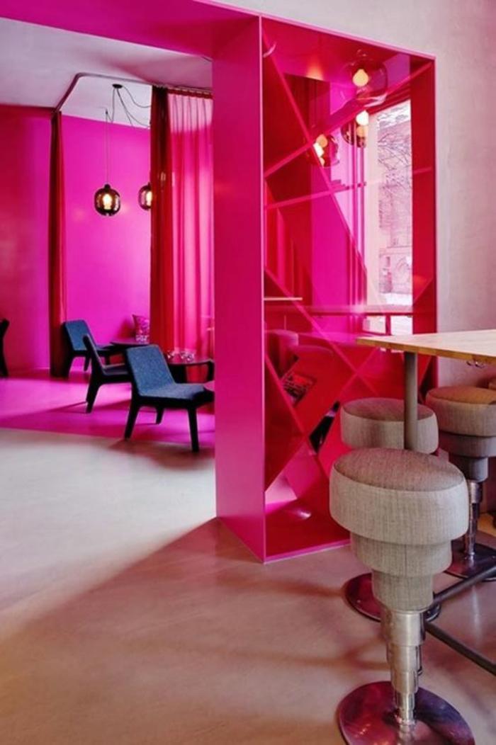 peinture fushia dans une cuisine ouverte sur le salon separateur d espace en fuchsia