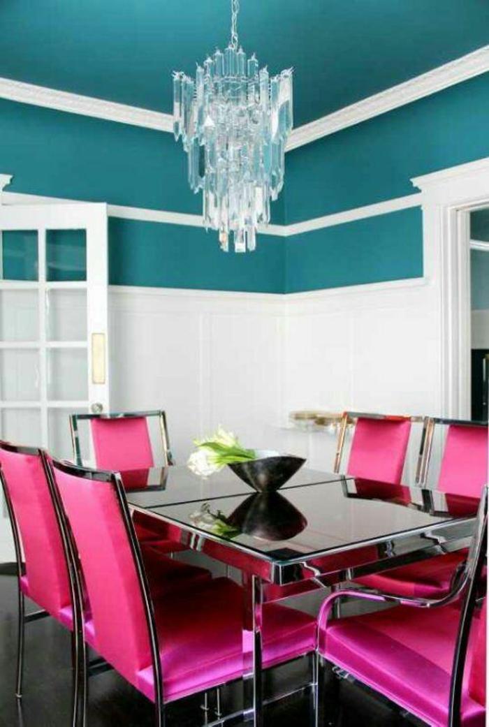 fuchsia couleur dans une salle a manger avec un grand lustre en crystal blanc et plafond bleu petrole