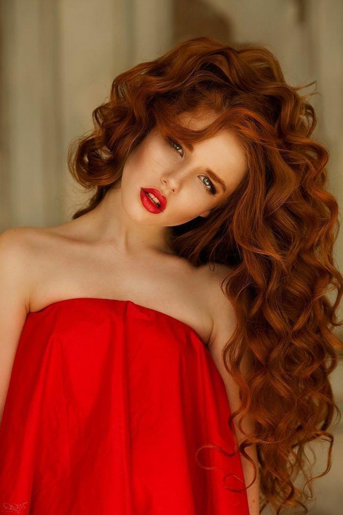 couleur de cheveux rouge, femme avec robe rouge, rouge à lèvre nuance rouge, cheveux longs bouclés en orange
