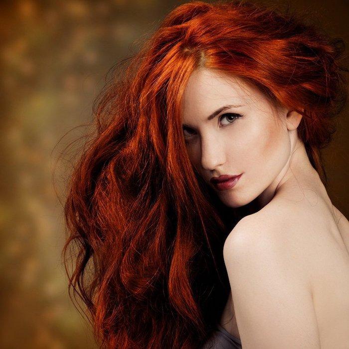 couleur cuivre, comment choisir sa coloration, rouge à lèvres nuance rouge, cheveux longs et bouclés