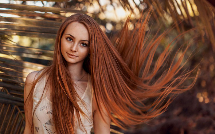 cheveux cuivré, collier en or femme, cheveux raids et longs, yeux bleus, coloration orange