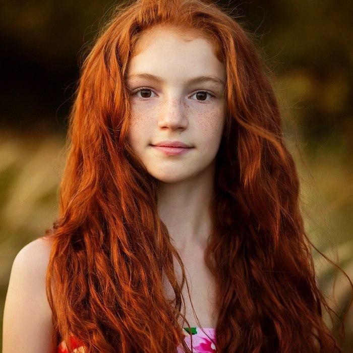 cheveux roux, robe bustier en fleurs rose, fille aux cheveux oranges, coiffure cheveux bouclés naturelles