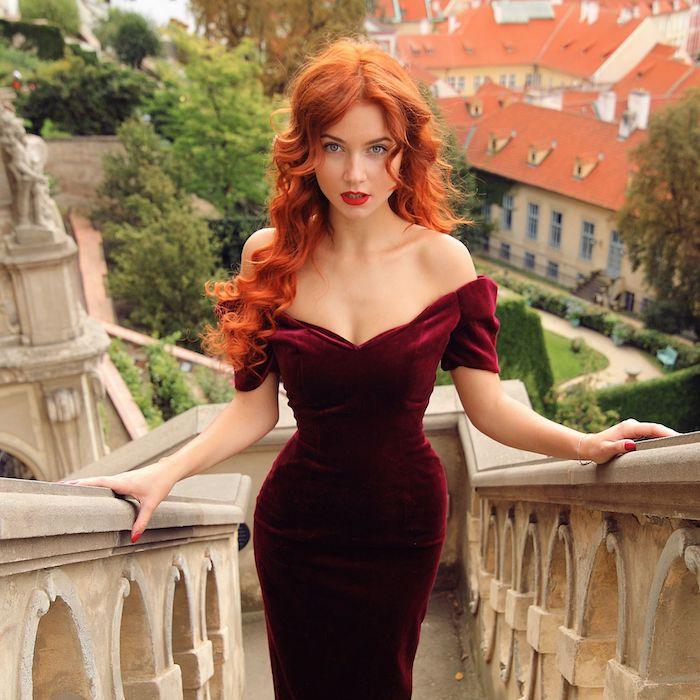 cheveux roux, ongles longs à vernis rouge, cheveux longs avec boucles, coloration orange