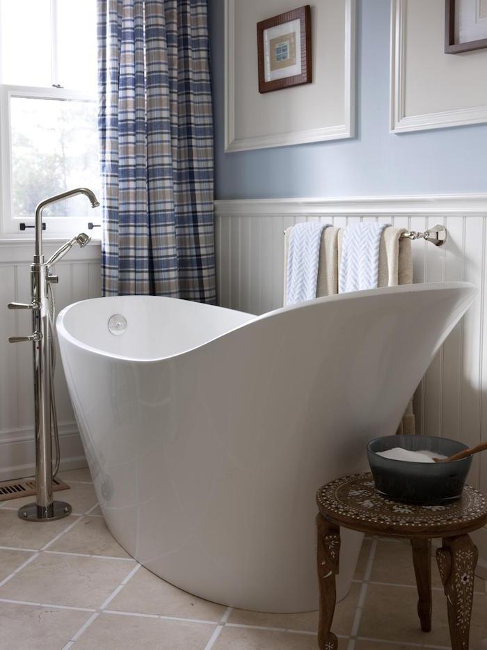 baignoire sabot design moderne robinet séparé dans petite salle de bain