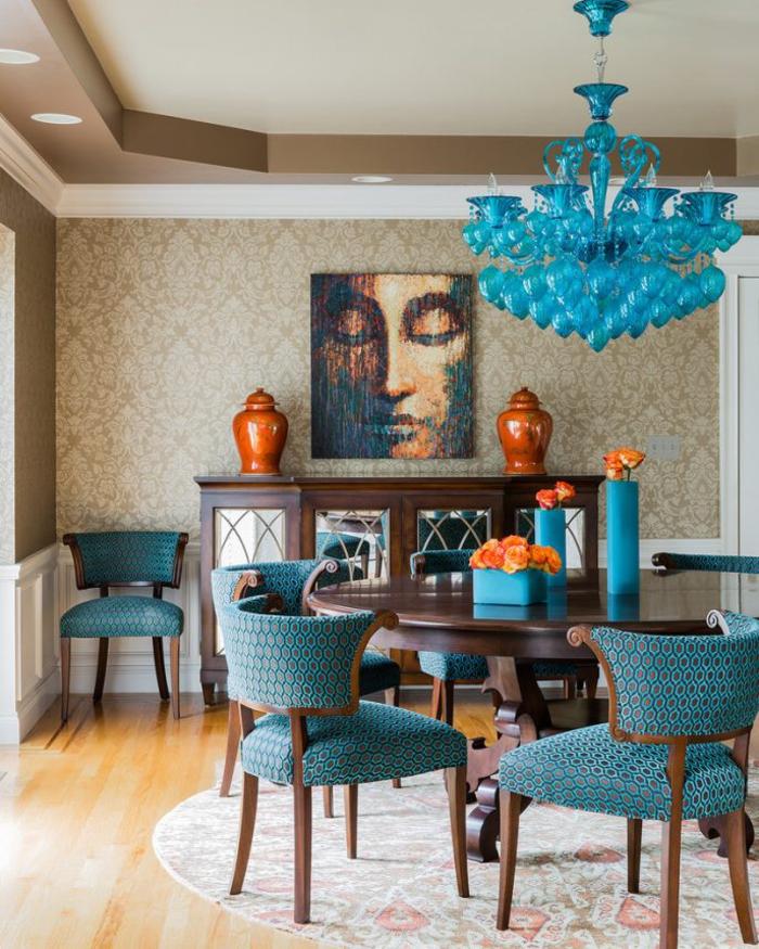 salon moderne aux couleurs naturelles sublimée par une déco en bleu paon et orange