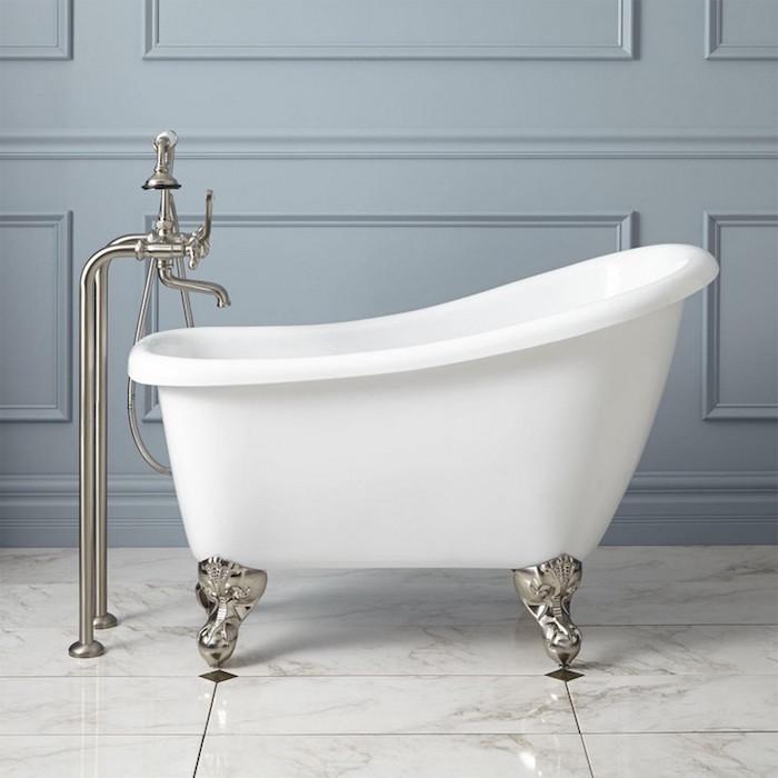 1001 id es petite baignoire plongez dans le petit for Salle de bain avec baignoire sur pied