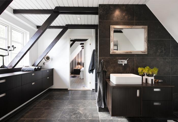 salle de bain mansardée moderne marron bistre couleur mur blanc