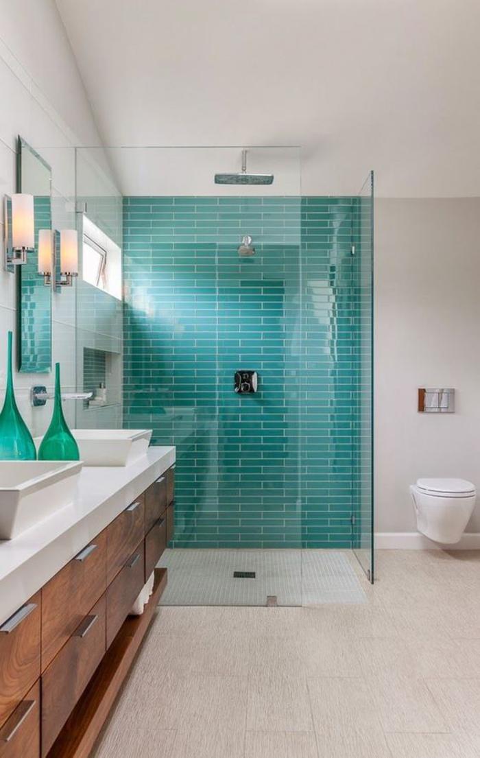 une salle de bain au design contemporain et aux lignes épurées, cabine de douche délimitée par un carrelage vert canard