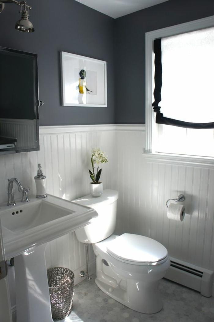 petit salle de bain en blanc et gris avec des éléments vintage et un tableau en blanc et couleurs