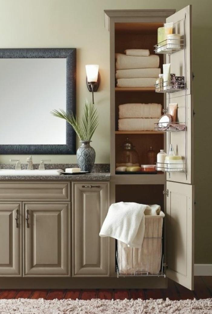 petite salle de bains aux meubles de rangement avec beaucoup d espace et en couleur blanc crème
