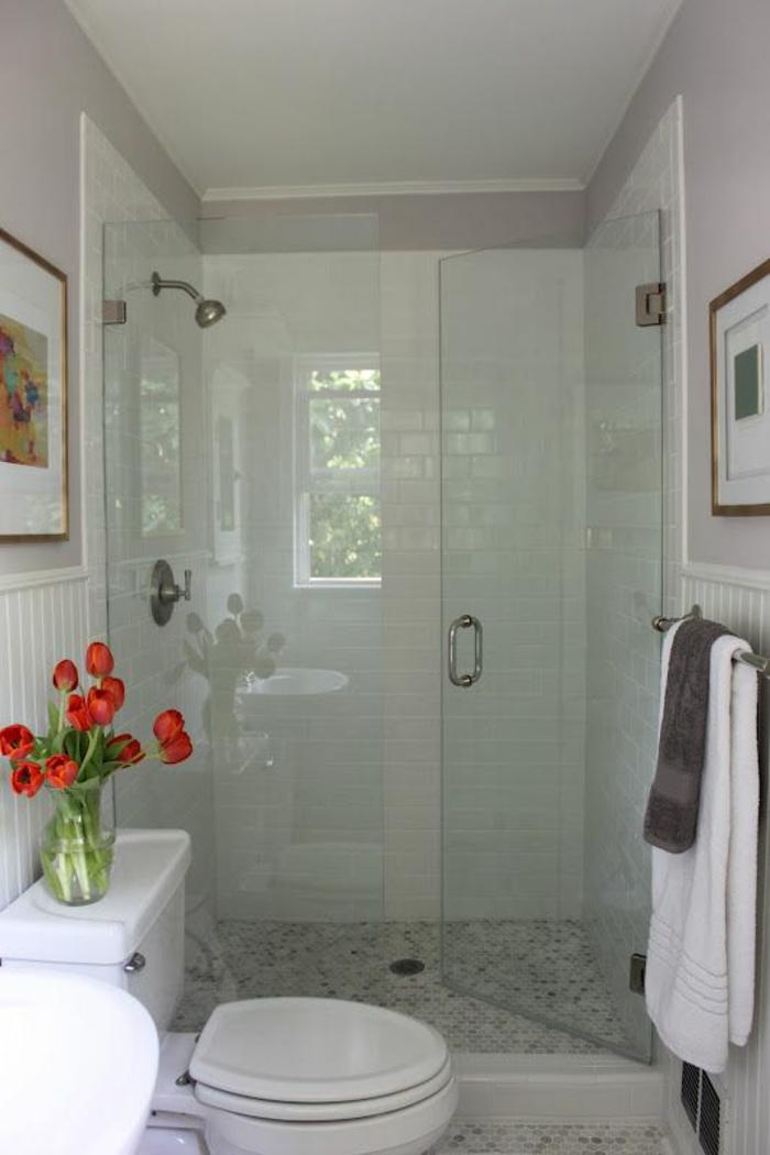 petite salle de bain en blanc avec des tableaux disposés face à face
