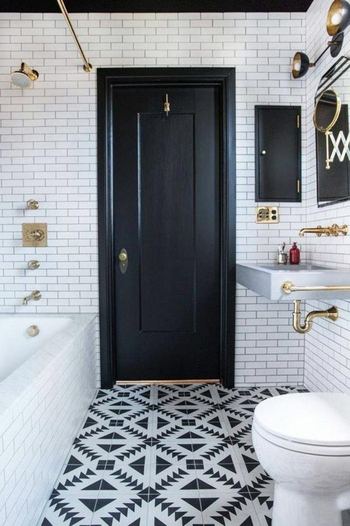 petit salle de bain de style classique avec porte en noir lavabo vintage et baignoire blanche