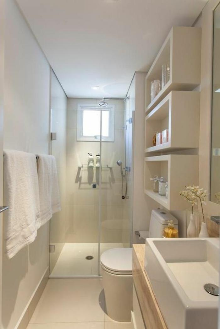 petite salle de bain avec des espaces de rangement en forme de cases blanches