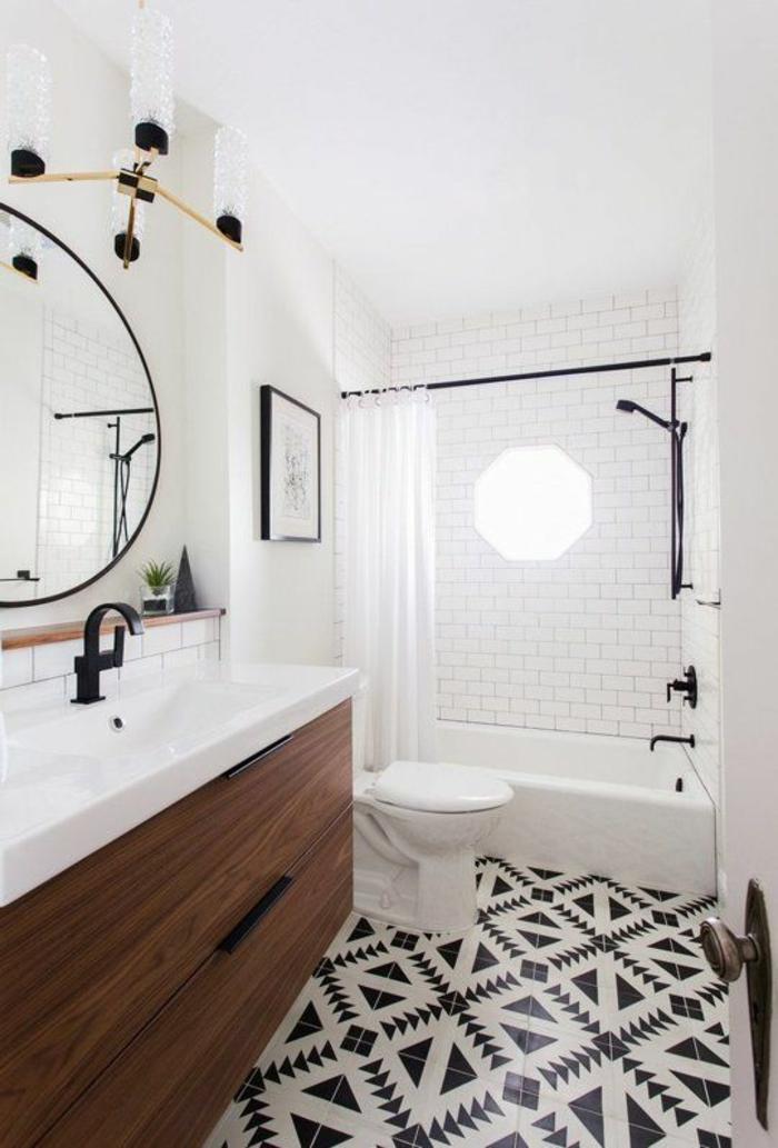 petite salle de bain en longueur ave grand miroir rond au cadre en métal fin en couleur noire