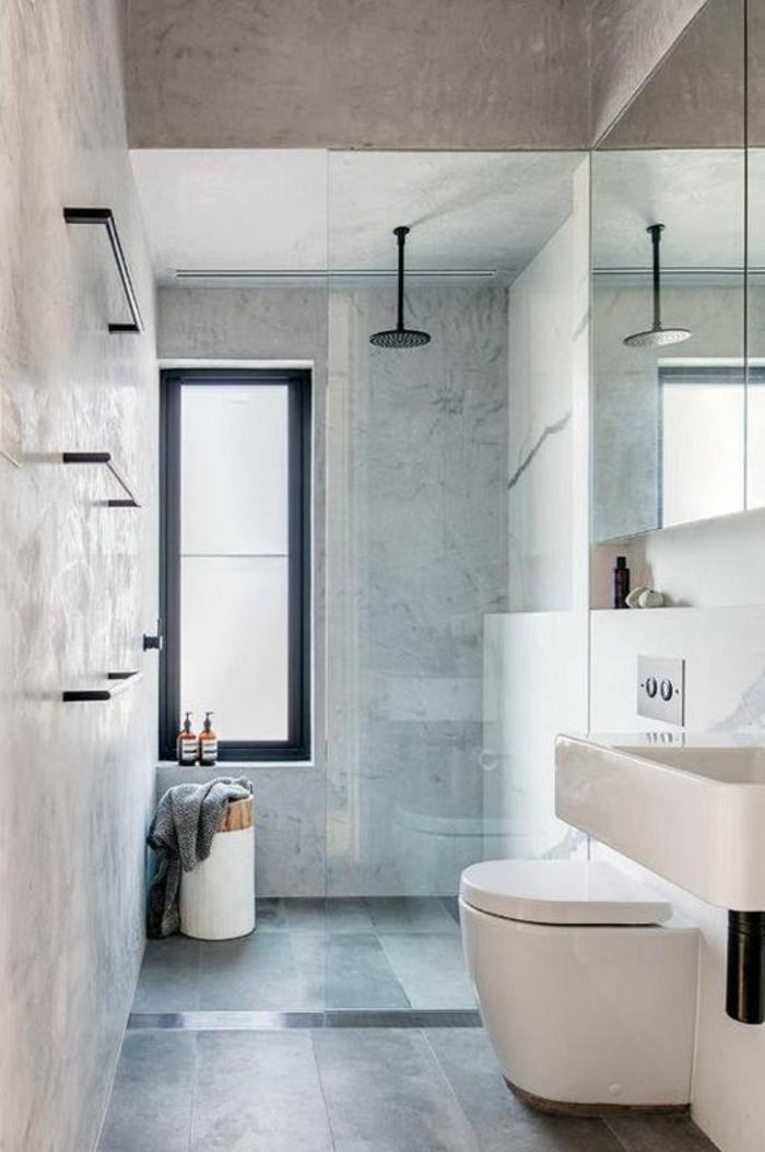 salle de bain très petite avec douche italienne et meubles blancs suspendus