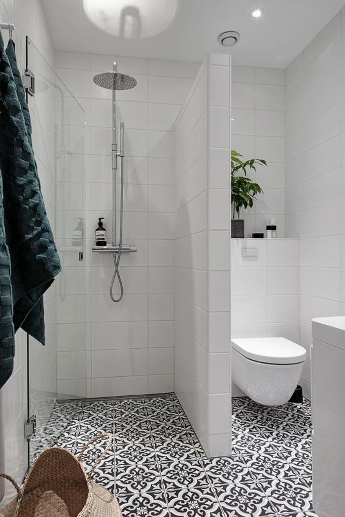 petites salle de bain avec nurs et séparateur en blanc avec dalles en noir et blanc