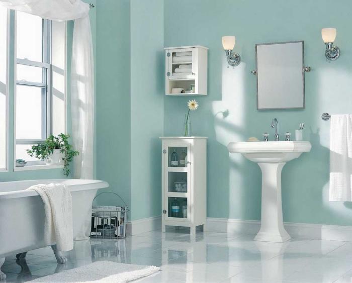mur couleur vert pastel d eau dans la salle de bain, revêtement sol blanc et baignoire à poser blanche, lavabo console