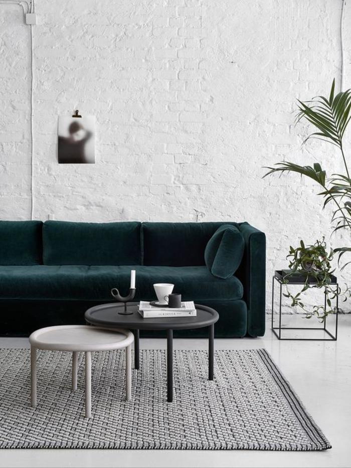 intérieur blanc aux accents industriels, canapé vert canard en velours au design sophistiqué