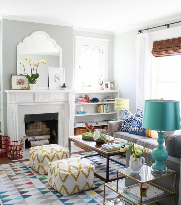 salon blanc dynamisé par l'association d'imprimés et des couleurs fraîches comme le bleu sarcelle et l'ocre