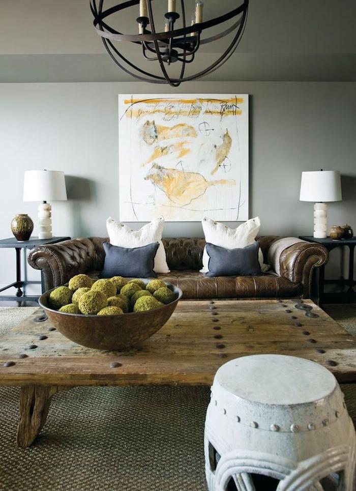 décoration salon contemporain canapé marron et table bois clair sur murs gris