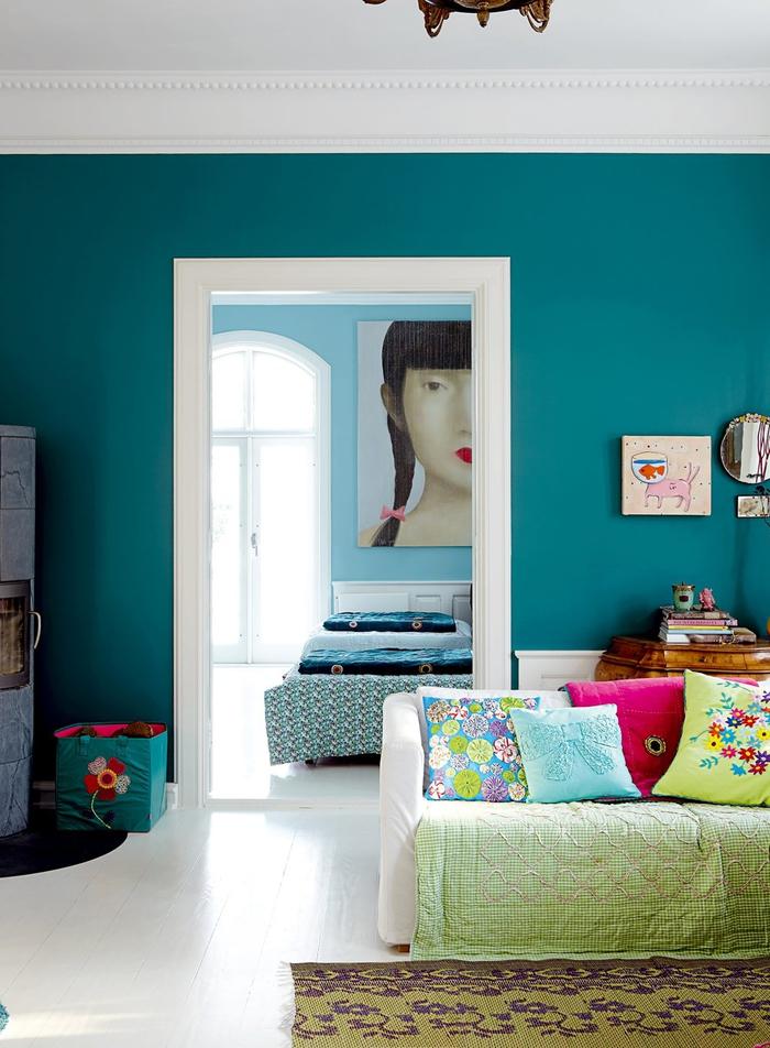 salon blanc et bleu paon éclectique aux accents colorés et aux motifs variés