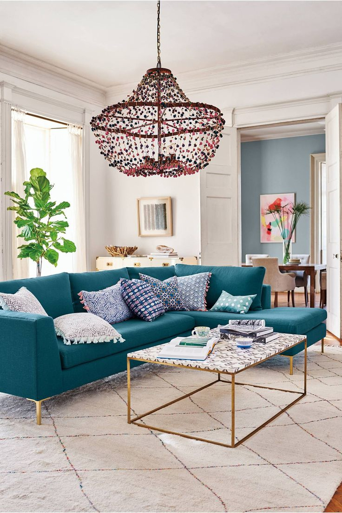 comment donner du peps au salon scandinave, canapé d'angle bleu paon au design épuré et un lustre original modèle abat-jour surdimensionné