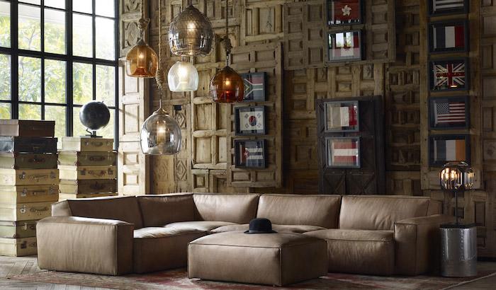 couleur bistre dominante dans ce salon de loft composé de canapé cuir brun clair et murs en bois