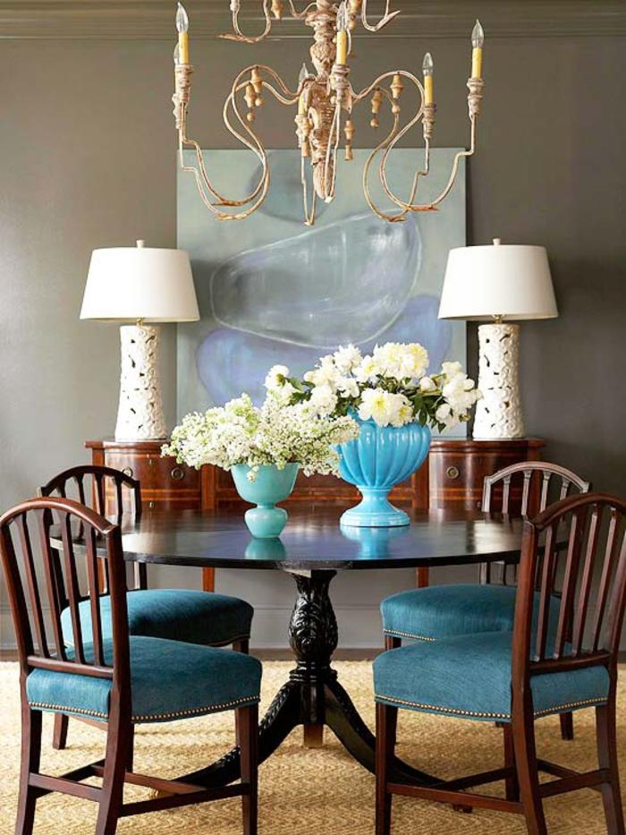 un salon moderne aux nuance de marron et de bleu paon aux accents déco shabby chic