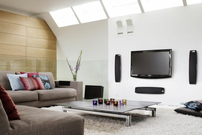 salon moderne, tapis poilu, grande table pliante, puits de lumière, murs blancs